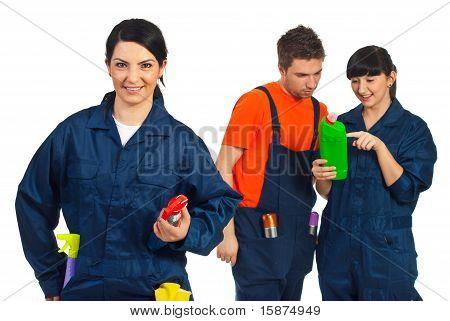 Alegre mujer limpieza del trabajador y su equipo