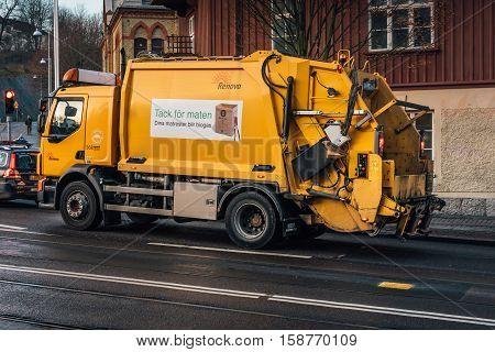 Yellow garbage truck in Gothenburg, Sweden, 2016-11-23