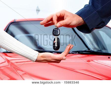Mann behandeln Frau Auto Schlüssel. Neues Auto