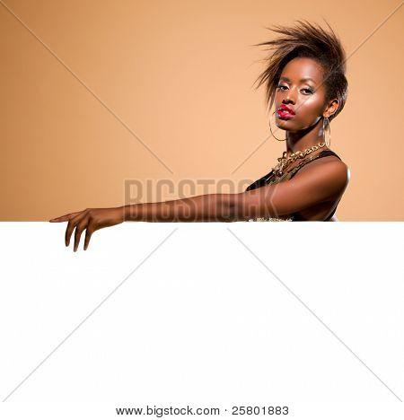 attraktiv Modell stehen hinter großen weißen banner