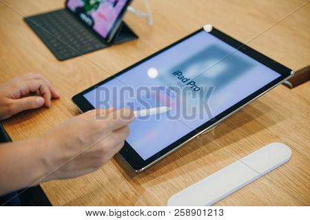 Berlin, August 29, 2018: The Buyer Chooses To Buy A New Ipad In The Official Store Of Apple In Berli