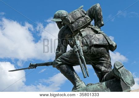 A World War I monument. The soldier is equipped with British Pattern 1908 webbing, a Short Magazine Lee-Enfield Mk III (SMLE) .303 rifle, and a Pattern 1907 sword bayonet.