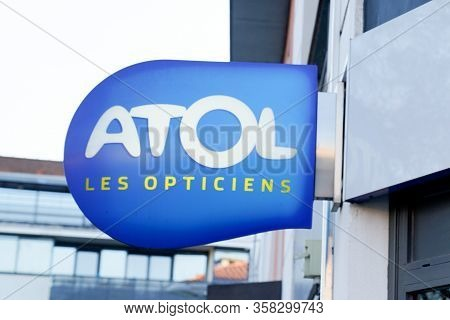Bordeaux , Aquitaine / France - 02 21 2020 : Atol Optic Boutique Logo Shop Sign Brand Store French O