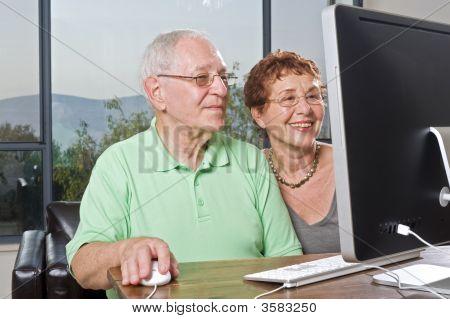Senior Couple Computer verwenden