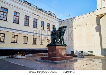 Kirov, Russia - September 10, 2019: The Building Of The Art Museum And The Sculpture Of The Vasnetso