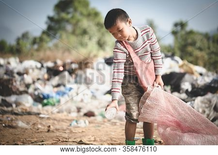 Poor Children Collect Garbage For Sale.and Recycle Them In Landfills, The Lives And Lifestyles Of Th
