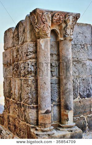Colunelos E Capitéis Do Claustro De Santa Clara-a-velha