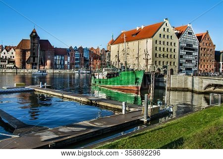 Famous Historic Medieval Port Crane (Żuraw / Krantor) - One Of The Gdańsk Water Gates. Sunny Morning