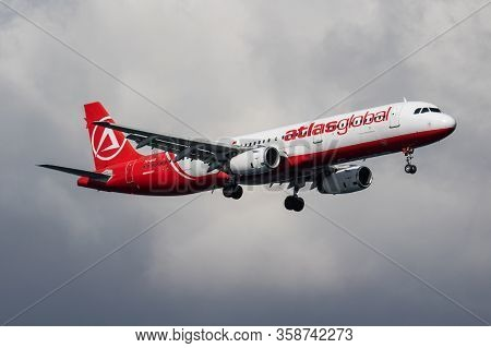 Istanbul / Turkey - March 30, 2019: Atlasglobal Airbus A321 Tc-agg Passenger Plane Arrival And Landi