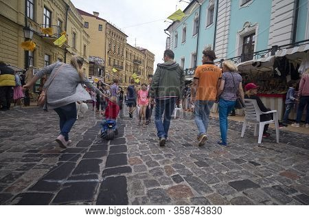 Kiev, Ukraine - August 09, 2019: Residents And Tourists Walk On Andreevsky Descent Street - The Hist