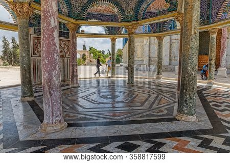 Jerusalem, Israel - May 23, 2016: Hexagonal Architecture Detail Of The Dome Of Chain In East Side Of