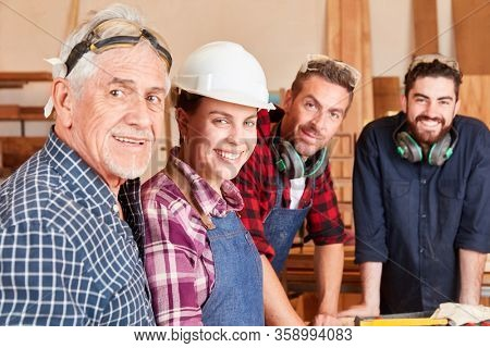 Craftsman masters with men and women as offspring in joinery during training