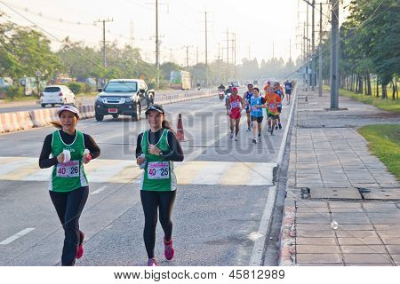 Chonburi, Thailand - Desember 16: Unidentified Runner Competes On The Street During Standard Charter