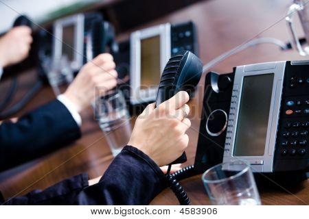 Handen met telefoons