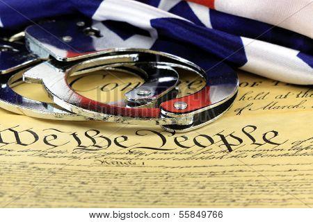 Handschellen und Flagge auf uns vierten Zusatzartikel zur Verfassung