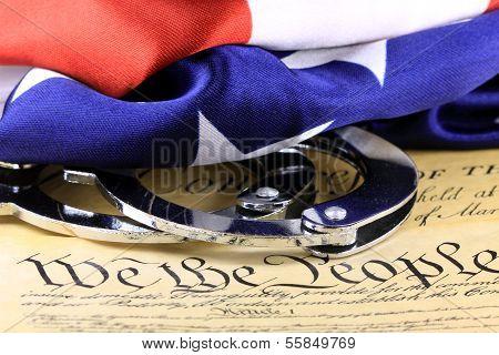 Handschellen und Flagge auf US-Verfassung - vierten Änderung