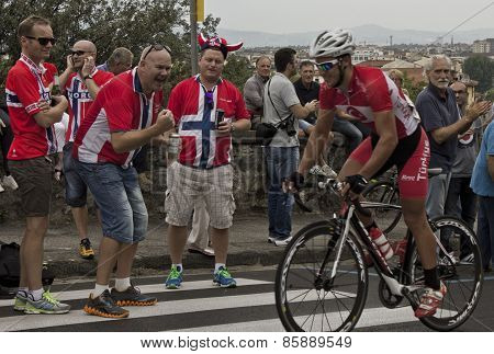 The passage of a cyclist through his supporters at Uci Road World Championships