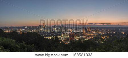 A panoramic sunrise of the Cincinnati Ohio skyline.