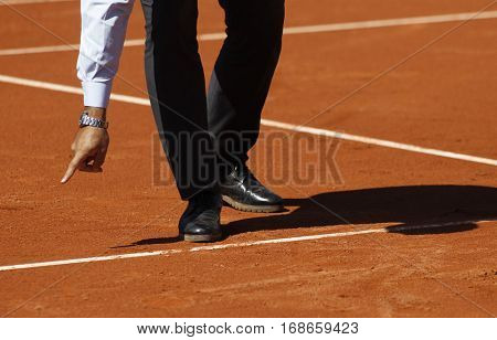 Tennis referee check and take decision durning a match