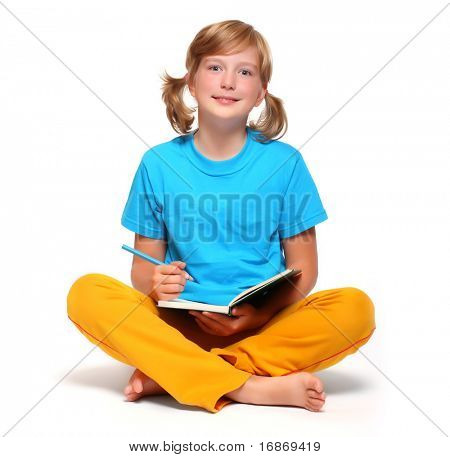 Retrato de una chica guapa con el libro.