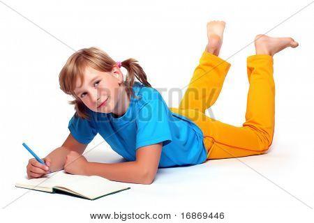 Retrato de una chica guapa con libro abierto.