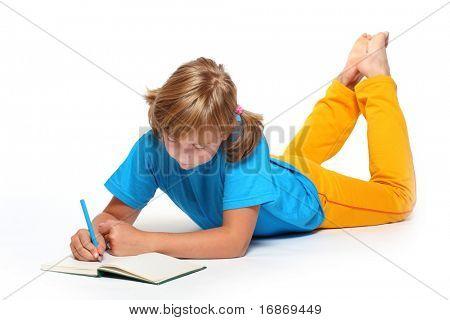 Retrato de una muchacha bonita escritura con libro abierto.