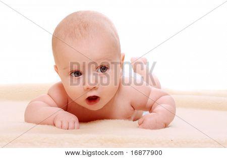 Nettes Baby auf einer Plüschtier Decke.