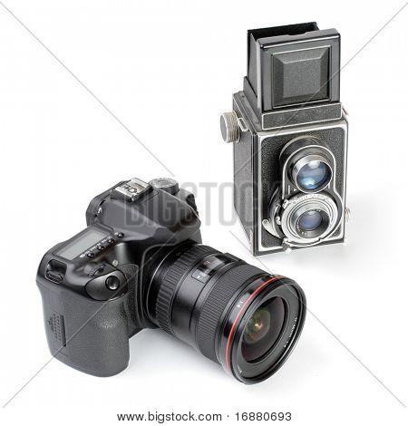 Cámara réflex digital moderna y dos-lente cámara de formato medio vintage. Cuadro de la evolución en t fotográfico