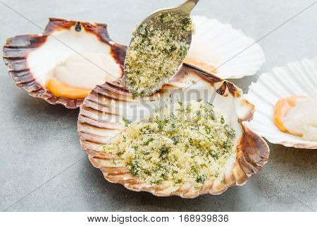fresh scallops au gratin with bread and parsley