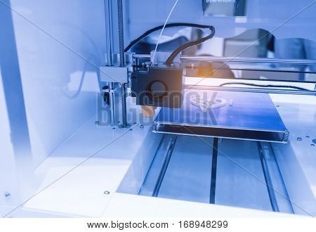 Three dimensional printing machine
