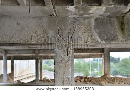 Earthquake heavy damage construction subsidence broken column