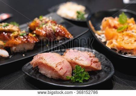 Tuna Burn Nigiri, Sushi Tuna Burn, Japanese Food On Ceramic Dish, Japanese Food Style, Japanese Menu