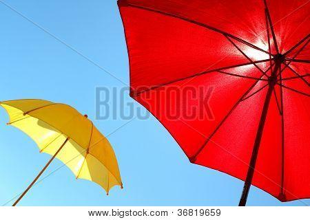 Kolorowe parasole w słoneczny letni dzień