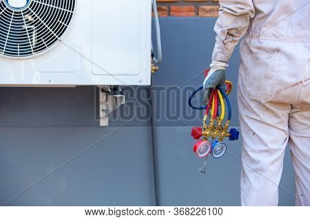Air Conditioning Repairman Carrying Tools, Gauges For Measuring Liquid And Pressure