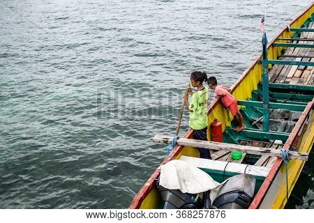 Mabul Island, Sabah, Malaysia - Aug 08, 2018: The Kids Enjoyed Playing On The Boat, Looking To Blue