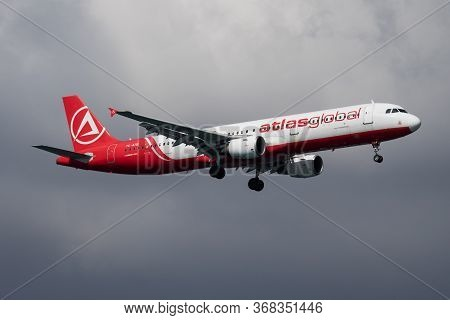 Istanbul / Turkey - March 30, 2019: Atlasglobal Airbus A321 Tc-atb Passenger Plane Arrival And Landi