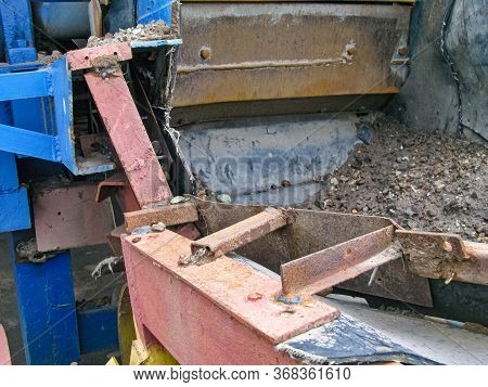 The Unloading Part Of The Plate Chain Conveyor And The Receiving Part Of The Belt Conveyor. A Boundi