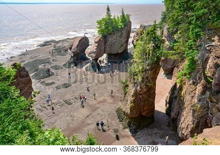 Giant Beautiful Rock Formations At Hopewell Rocks Park In New Brunswick, Canada - Canadian Travel De