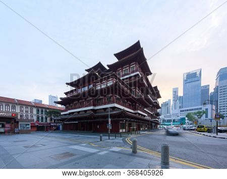 Singapore - 31 Oct 2019: A Car Passes Around Of The Buddha Tooth Relic Chinese Temple, At Sunrise, I