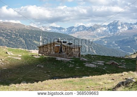 Refuge Cabana Sorda. Beautiful Querol Lake In The Mountain Refuge In The Incles Valley, Canillo, And