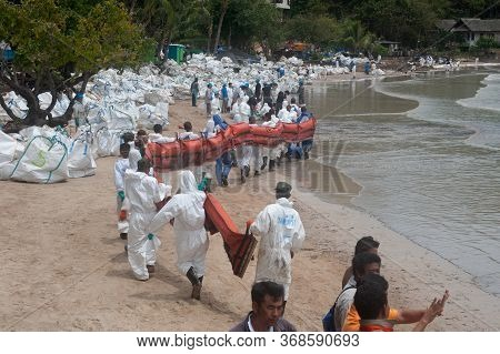 Rayong,thailand-february 8,2013 : Unidentified Volunteers Line Up To Put The Plastic Pallet In The S
