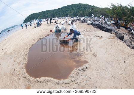 Rayong,thailand-february 8,2013: Unidentified Workers And Volunteers Remove And Clean Up Crude Conta