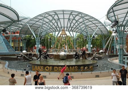 Sentosa, Sg - April 5 - Lake Of Dreams Fountain Attraction On April 5, 2012 In Sentosa, Singapore.