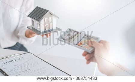 Real Estate Agents Explain The Document For Customers Who Come To Contact To Buy A House, Buy Or Sel