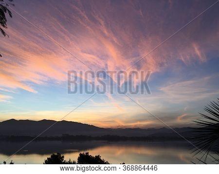 Lagoa Ibiraquera Na Praia Do Rosa Em Santa Catarina, Brasil. Por-do-sol Dia 30/05/2020