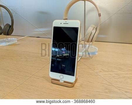 Honolulu - February 7, 2018: Iphone And Headphones On Display At The Apple Retail Store In Honolulu