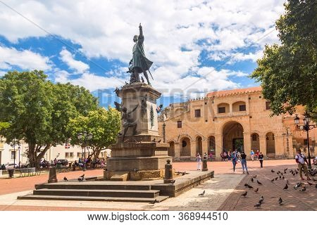 Santo Domingo, Dominican Republic - March, 2020: Columbus Statue And Cathedral In Columbus Park Or P