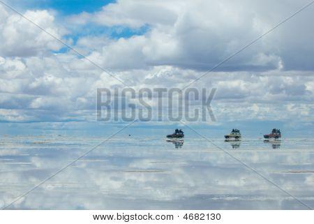 Jeeps In The Salt Lake Salar De Uyuni, Bolivia