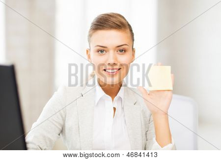 picture of smiling businesswoman showing sticky note
