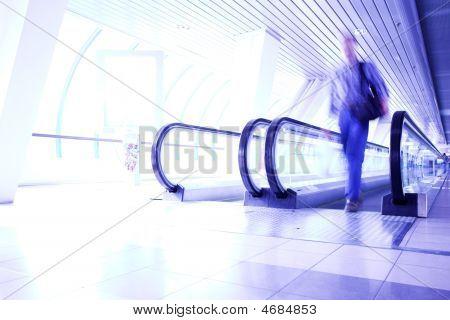Man bewegt sich in violett Korridor